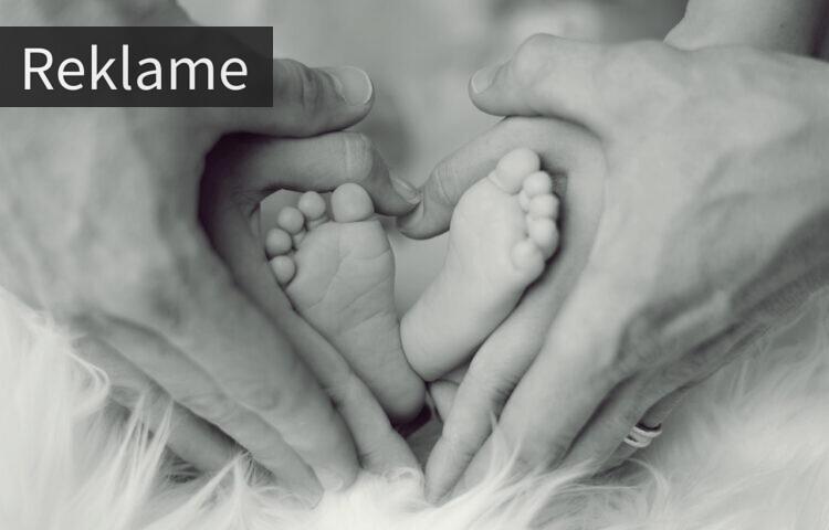 Hænder og babyfødder som danner et hjerte
